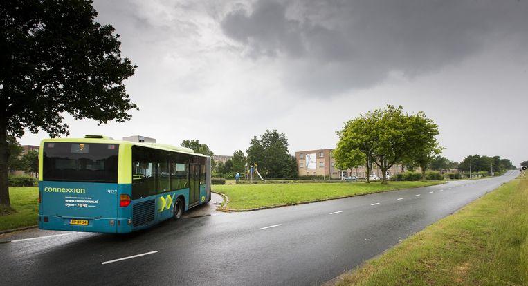 Een bus slaat af richting de beruchte Kruidenwijk. Beeld anp