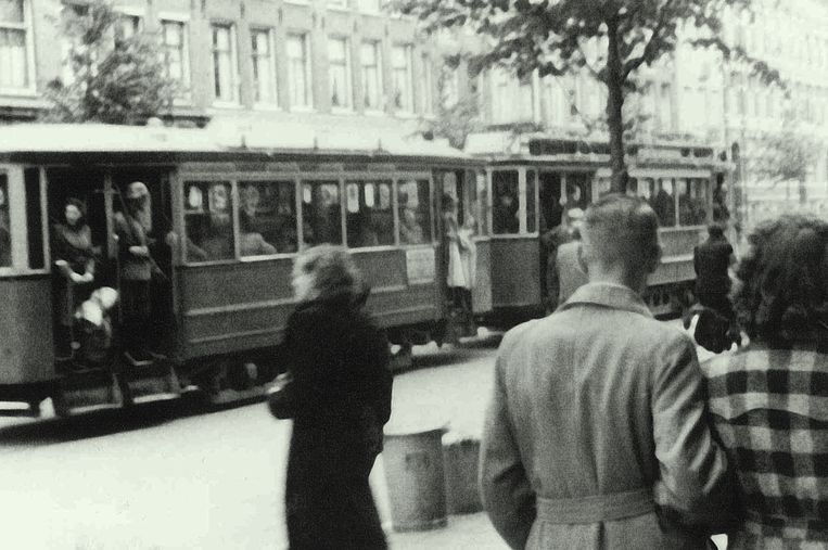 Joodse Nederlanders worden onder bewaking van Duitse soldaten per tram naar een verzamelpunt gereden. Beeld K. Bonnekamp