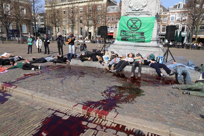 Actievoerders van Extinction Rebellion gooiden eerder deze week emmers nepbloed op het Plein in Den Haag.