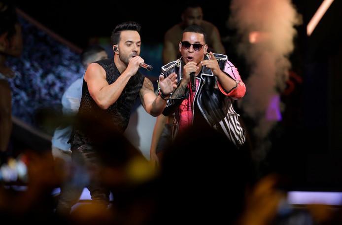 Luis Fonsi (L) en Daddy Yankee (R)