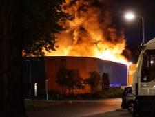 Uitslaande brand verwoest groot deel van bedrijfspand in Deventer