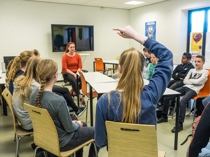 Leerlingen van het Picasso Lyceum in Zoetermeer beginnen aan de schoolweek.