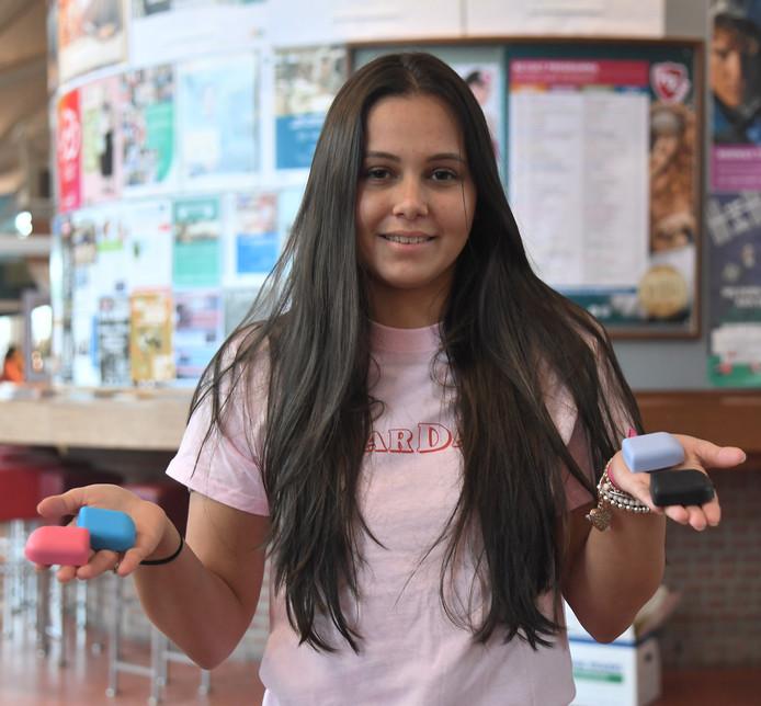 Eyenalem Huisman met de vrolijk gekleurde hoesjes voor insulinepompen die Sugarfam verkoopt.