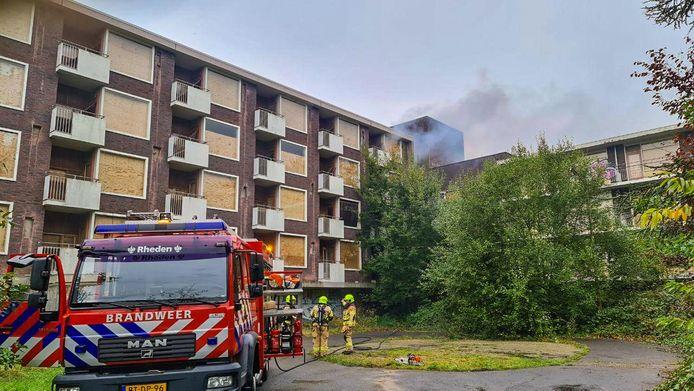 Er woedt een kleine brand in het oude bejaardentehuis Rhederhof in Rheden. Zeer vermoedelijk is de brand aangestoken. Het gebouw staat al geruime tijd leeg.