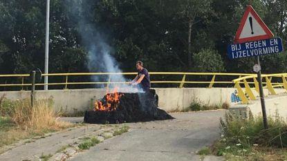 Hooibaal vat vuur aan fietsbrug E40 (en veroorzaakt dikke rookpluim)