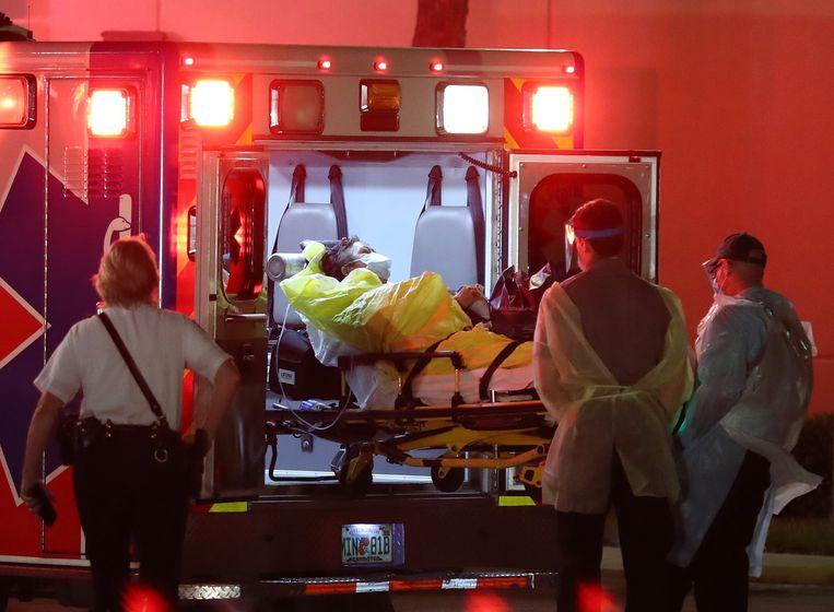 Een zieke passagier wordt van een cruiseschip van de Holland America Line gehaald in Fort Lauderdale, Florida.  Beeld AFP