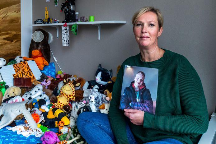 Jacqueline Nebbeling met een foto van haar zoon Sam.
