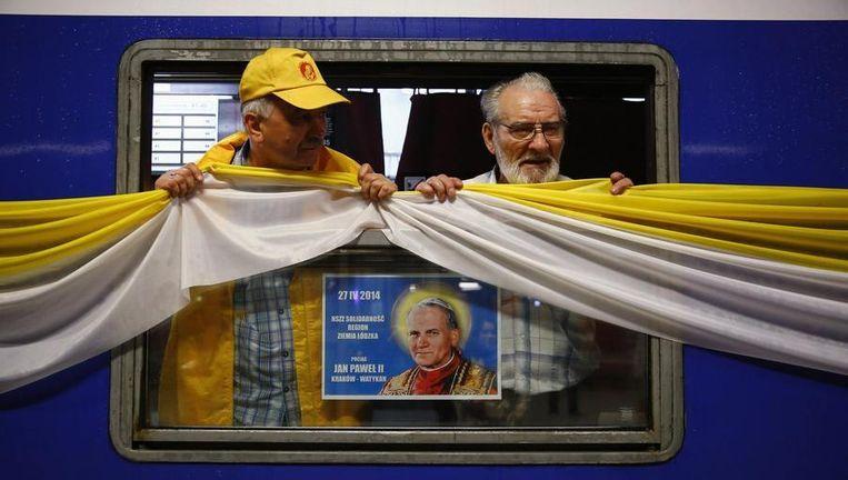 Poolse pelgrims reizen per trein van Krakow naar Rome voor de heiligverklaring van de pausen Johannes XIII en Johannes Paulus II. Beeld reuters
