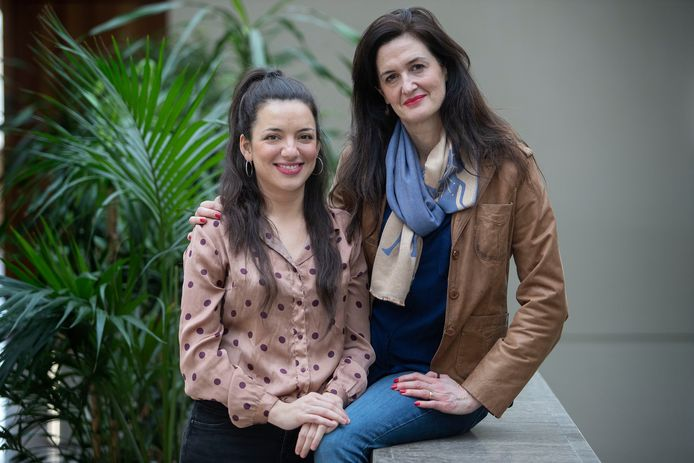 Maria Fernanda Cajaraville Diaz (l) en Miriam Frosi van het CDA in het stadhuis. Deze foto werd vlak voor het uitbreken van de coronacrisis genomen.