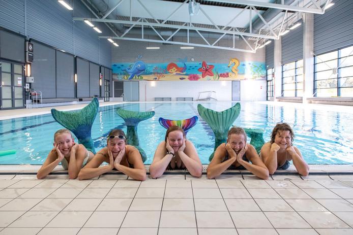 Zeemeerminzwemmen in sportcentrum De Vliegende Vaart. Verslaggeefster Pascalle Cappetti (r) probeerde het uit. Vlnr: Korine Herrebout, Mariska Pierssens, Ragna Robben en Arianne Herrebout.