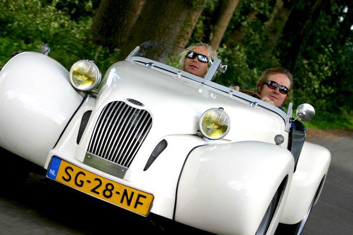 Iwan en Dimitri Göbel achter het stuur van één van hun Burtons.