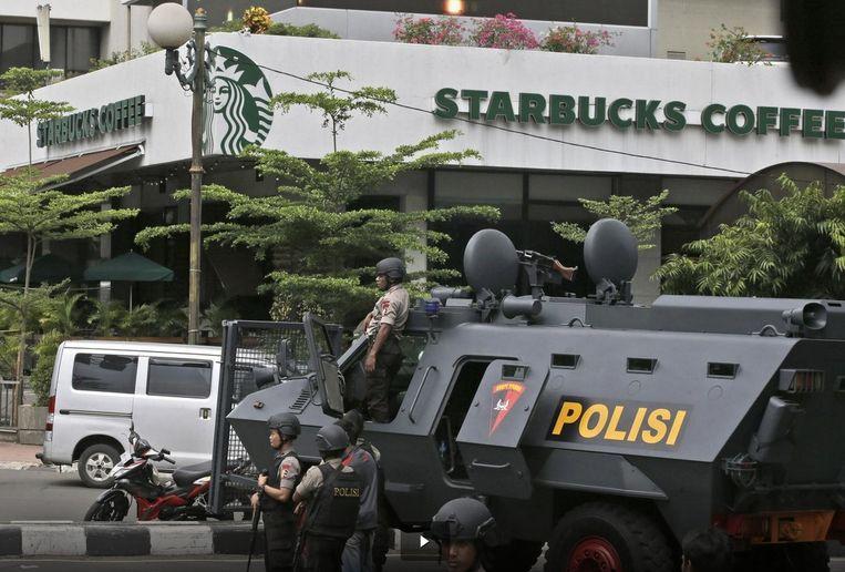 Agenten bewaken de omgeving in de buurt van de Starbucks waar de terroristen zich terugtrokken. Beeld ap