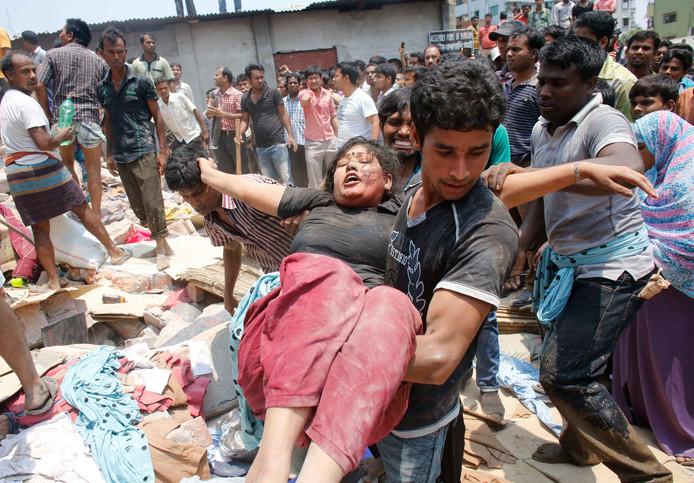 Bij het instorten van de fabriek in Bangladesh in 2013 raakten veel mensen bedolven onder het puin.