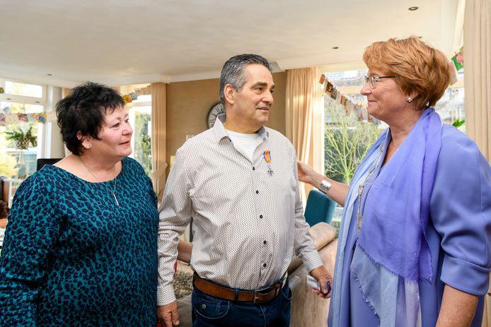 Hans Hoeben ontving drie weken geleden van burgemeester Wobine Buijs een lintje. Links zijn vrouw, Antoinette.