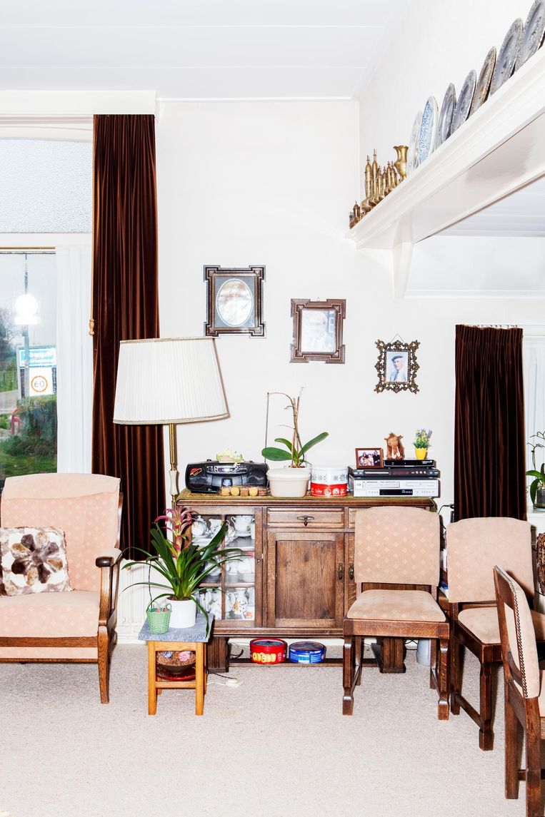 De huiskamer van Annie Gieling aan de rand van Olburgen. Beeld Marie Wanders / de Volkskrant
