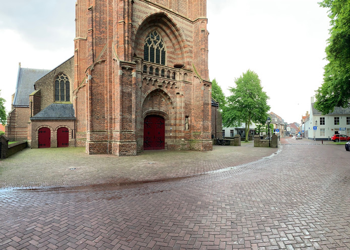 Het voetgangersgebied voor de Beekse toren wordt regelmatig als parkeerplaats gebruikt, maar dat is niet de bedoeling.