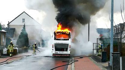 Schoolbus gaat in vlammen op in Hever, inzittenden komen op tijd weg