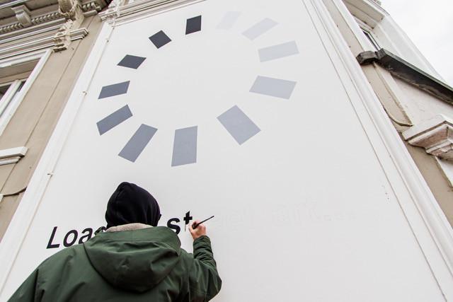 Kunstenaar Darada aan het werk op de hoek van het Van Coothplein in Breda