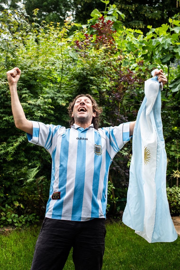 Paulo Ghiglione van Argentinë met de Argentijnse vlag.  Beeld Simon Lenskens