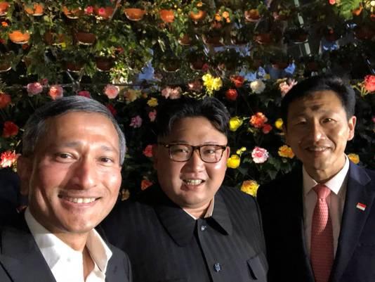 Minister van Buitenlandse Zaken Vivian Balakrishnan van Singapore met Kim Jong-un en minister van Onderwijs Ong Ye Kung.