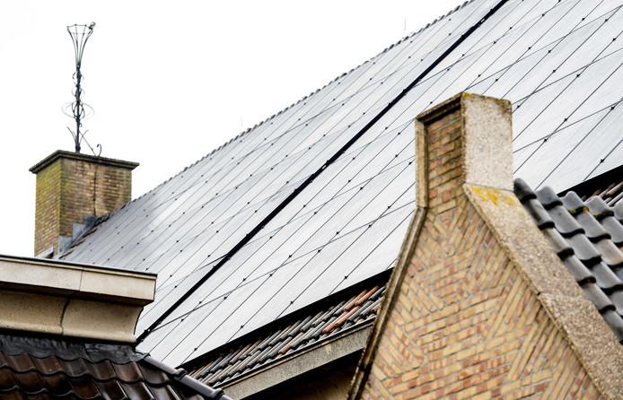 Zonnepanelen op het dak van een kerk. In Aalten is een regeling, die groene investeringen door kerk en clubs goedkoper maakt.