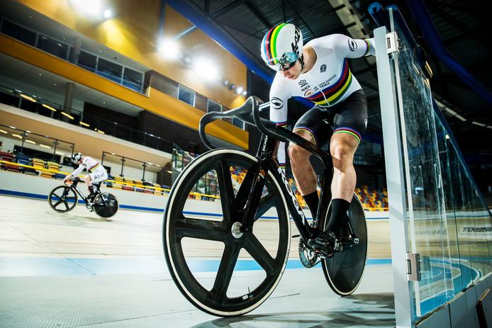 Baanwielrenners Roy van den Berg (l) en Harrie Lavreysen (r) testen de nieuwe fiets op de wielerbaan van Apeldoorn.