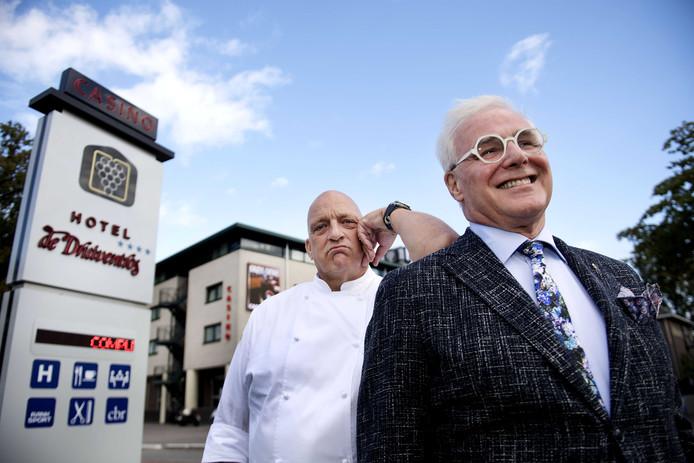 Herman den Blijker en Meneer Reimers poseren voor restaurant de Druiventros.