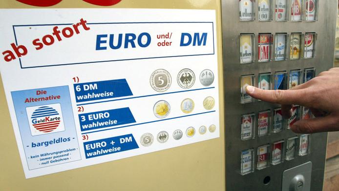 Bij deze sigarettenautomaat kon je tot 2002 met euro's en Duitse mark betalen. © afp
