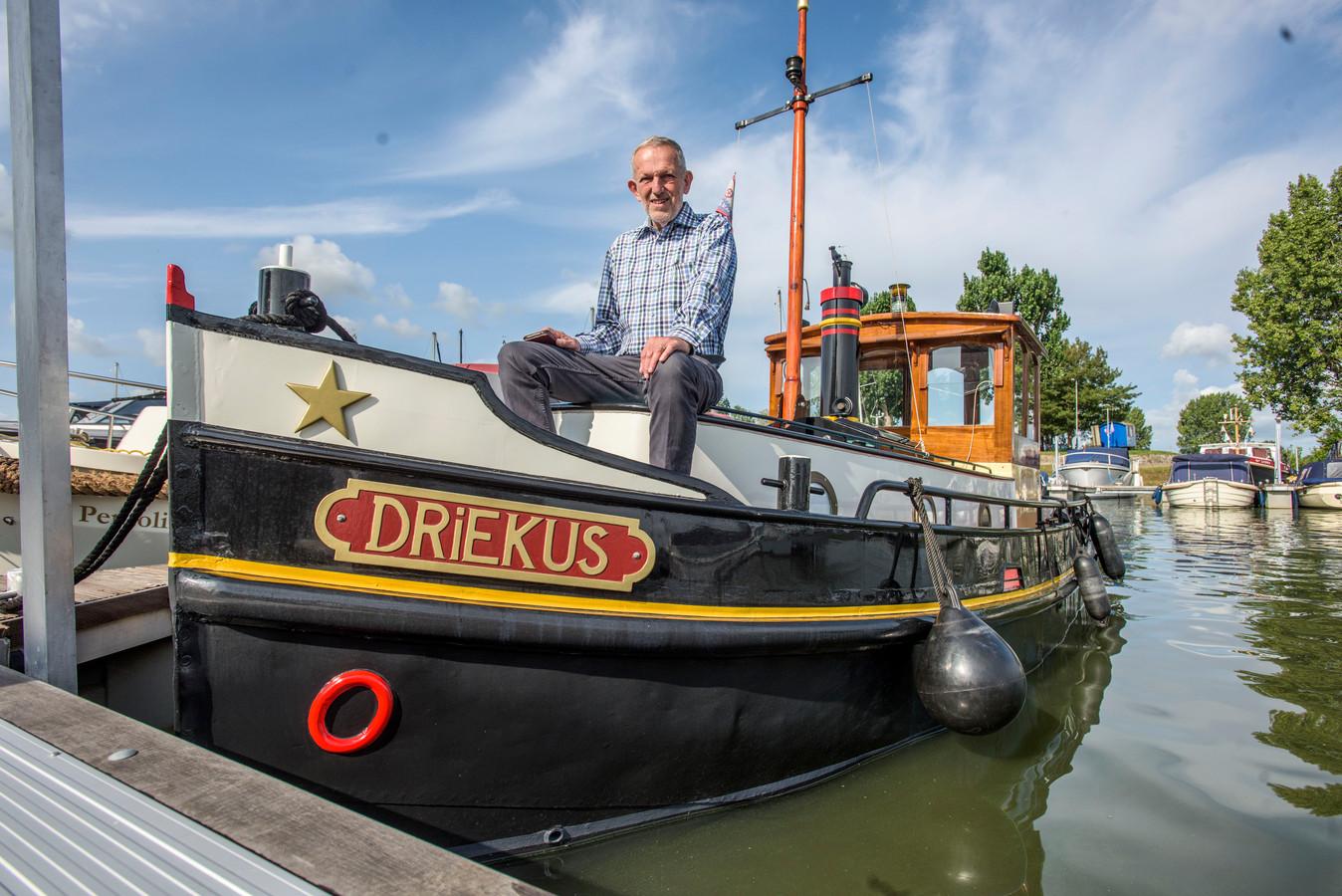 Noud van der Ham met zijn sleepboot Driekus
