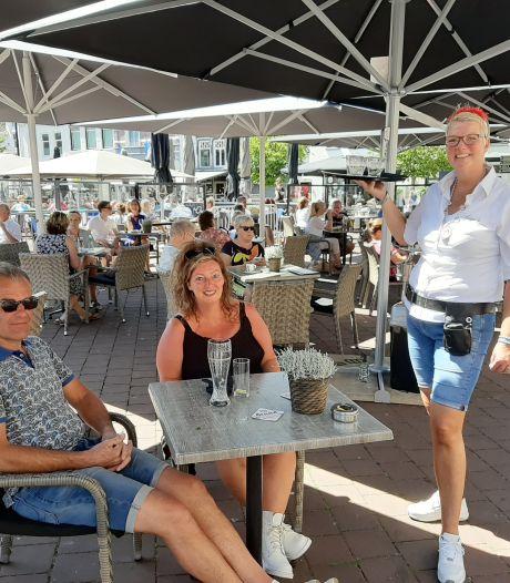 Dubbel feest voor jubilaris Marina uit Harderwijk: 'Fijn om weer met gasten te kletsen'