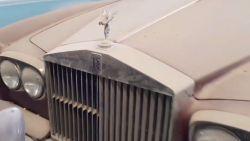 Duizenden verlaten sportwagens in de woestijn in Dubai: het mysterie ontrafeld