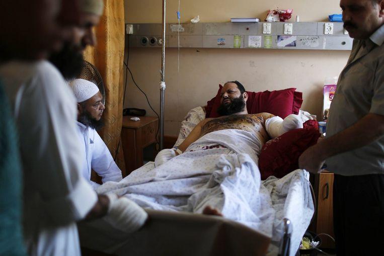 Een gewonde Palestijnse man in een ziekenhuis in Gaza-Stad Beeld reuters