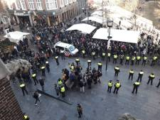 Hooligans belagen anti-piet-demonstranten: zes arrestaties