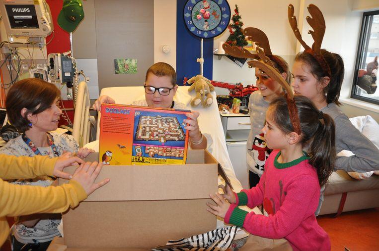 De dansers van VID kwamen de zieke kindjes verrassen met cadeautjes.