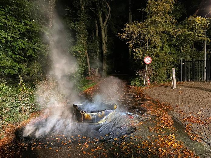 Een van de twee brandende vaten die door de brandweer in Arnhem moesten worden geblust. De politie is op zoek naar getuigen.