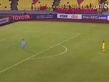 Zo kan het ook: Syrische keeper slaat bal het veld over