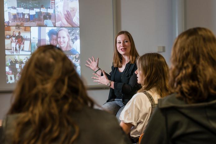 """Natascha Kuipers op het ROC in Almelo: """"De docenten en leerlingen zijn net zo gemotiveerd als in Nederland."""""""