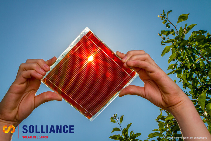 Een transparante zonnecel van Solliance die in combinatie met een andere zonnecellen kan worden gebruikt.