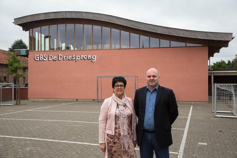 Schepen van Onderwijs Bert Cilissen en directrice Gusta Monard voor de sporthal.