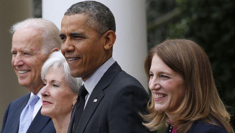 President Barack Obama met rechts Sylvia Mathews Burwell en links Kathleen Sebelius. Beeld reuters
