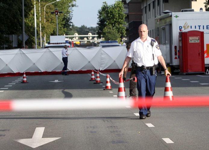 De politie zet de Neerbosscheweg bij het Bastionhotel in Nijmegen hermetisch af na de schietpartij waarbij Landveld om het leven kwam.