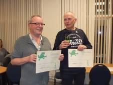 Benny Lampo en Piet Westerweele krijgen de Aardenburgse Kikkerorde