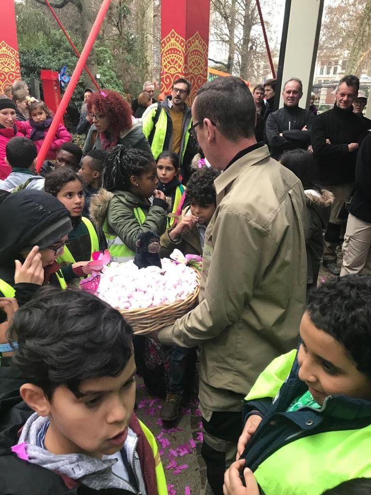 De kinderen van basisschool De Kriebel werden getrakteerd op lekkere snoepjes
