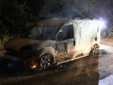 Achtergelaten busje gaat in vlammen op in Rijswijk