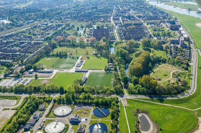 Op de voorgrond de rioolwaterzuivering, met rechts het braakliggende terrein van de vroegere kunstijsbaan en verderop bestaande woningen van de Zandweerd.