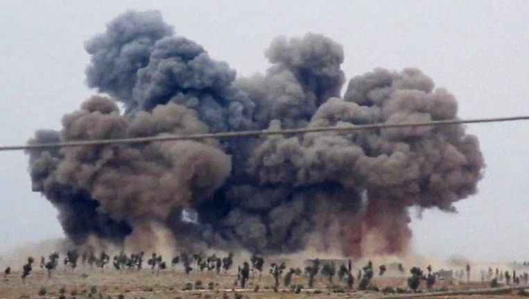 Rookwolken na een luchtaanval van Rusland op een doelwit in Syrië. Beeld ap