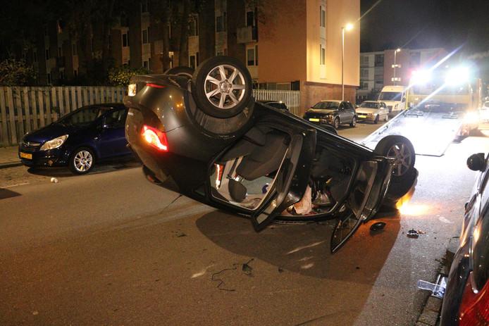 Op de Van Heuven Goedhartlaan in de Utrechtse wijk Kanaleneiland is aan het begin van de ochtend een auto over de kop geslagen.