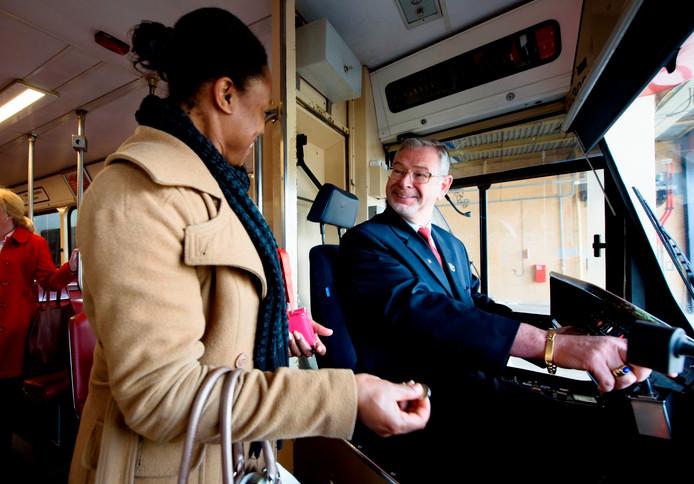 Vanaf de tweede helft van 2018 is het in Den Haag niet meer mogelijk contant te betalen bij een bestuurder van trams van HTM. Uit veiligheidsoverwegingen kan dat dan alleen nog bij een automaat.
