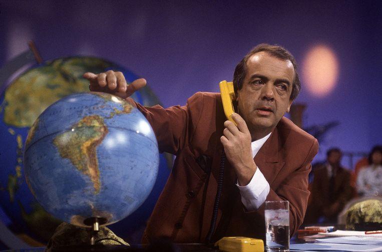 Frits Bom in zijn rol als 'de Vakantieman' in 1991. Eerder was hij eind jaren zeventig 'de Ombudsman'. Beeld Kippa