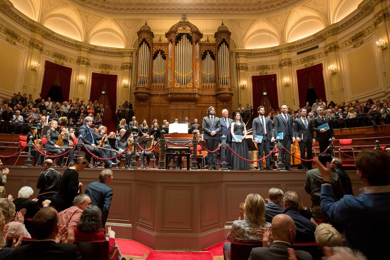 Het Concertgebouworkest neemt aan het einde van de uitvoering van de Johannes-Passion het applaus in ontvangst.   Beeld Maartje Geels
